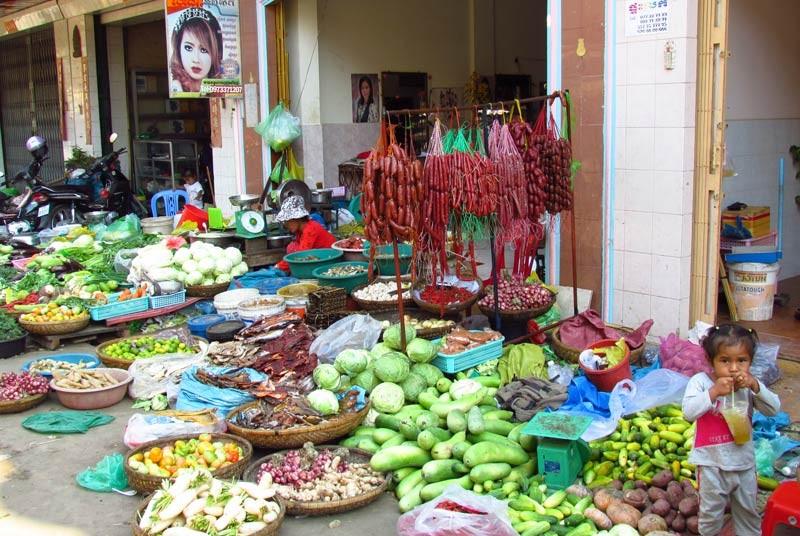 Obst- und Gemüseverkauf auf dem Markt in Kratie