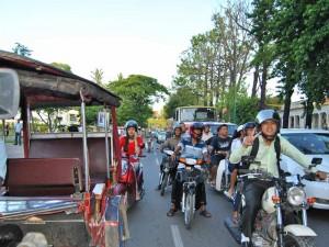Fahren Sie mit dem Tuk Tuk innerhalb der Städte in Kambodscha