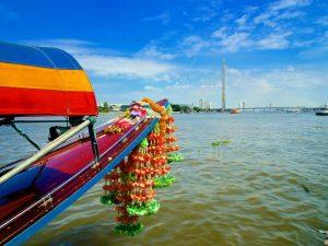 Longtailboot auf dem Chao Phraya Fluss in Bangkok