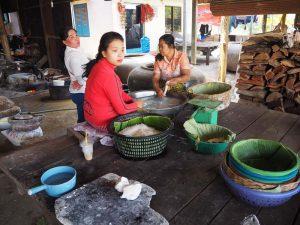 Einheimische in Battambang bei der Arbeit