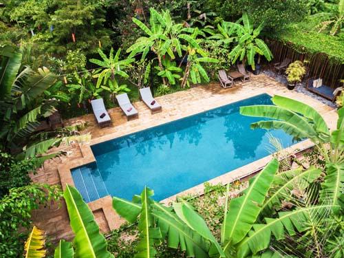 Der Pool im tropischen Garten