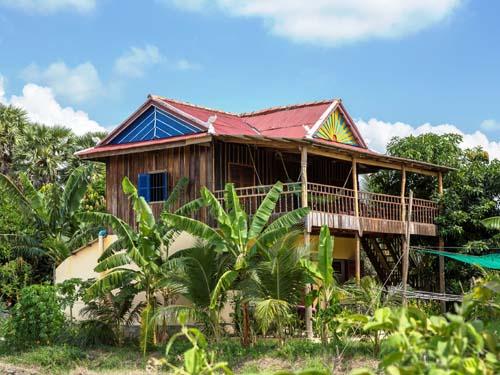 Traditionelles Stelzenhaus im Khmer-Stil