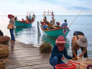 Fischer am Hafen von Kep