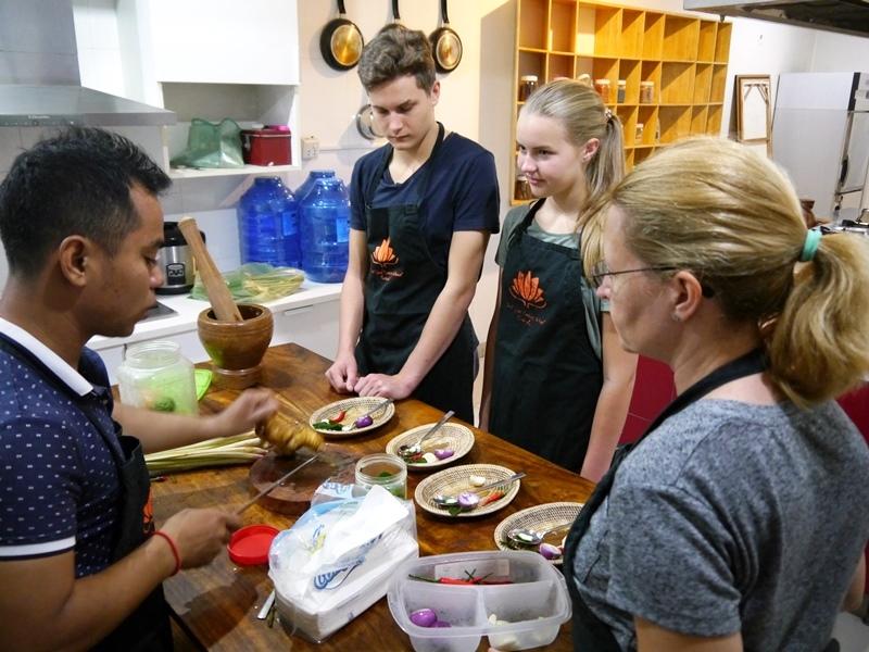 Unter Anleitung lernen Sie lernen Sie kochen wie die Khmer