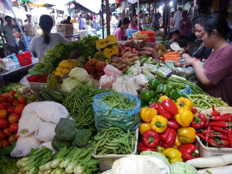 Auf dem Markt kaufen Sie frische Zutaten ein