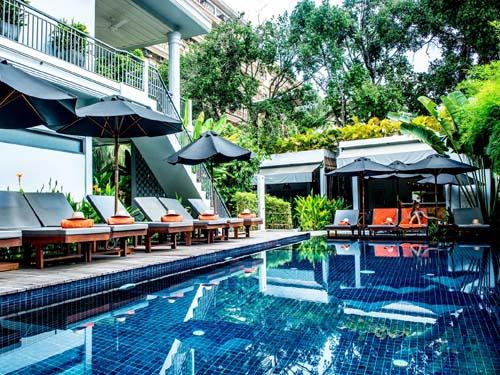 Entspannen Sie am Pool im grünen Garten