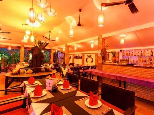 Im Hotel-Restaurant in Siem Reap entspannt zu Abend essen