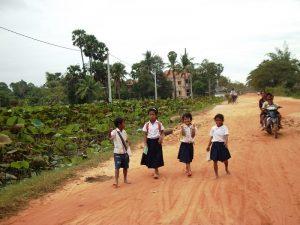 Kinder auf dem zur Schule bei Siem Reap