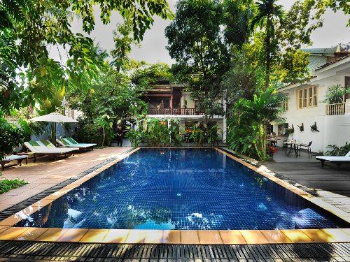 Hotel-Pool umgeben von schattenspendenden Bäumen