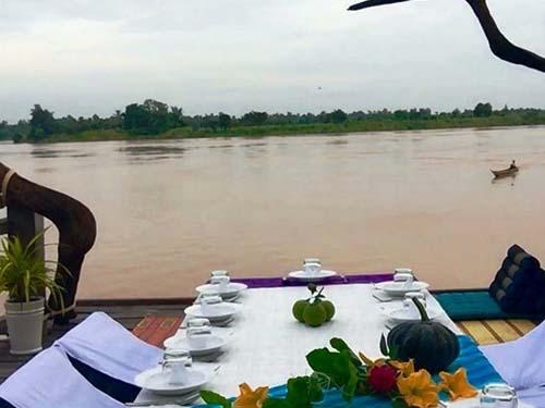 Abendessen mit Blick auf den Mekong