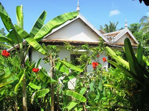 Bungalow in tropischem Garten