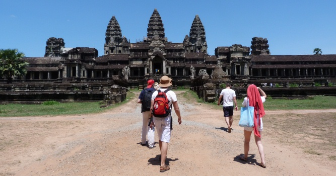 Reisende vor Angkor Wat