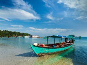 Fahren Sie mit dem lokalen Boot in Kambodscha