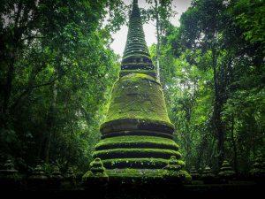 Sehenswerter Chedi im Namtok Phlio Nationalpark bei Chanthburi