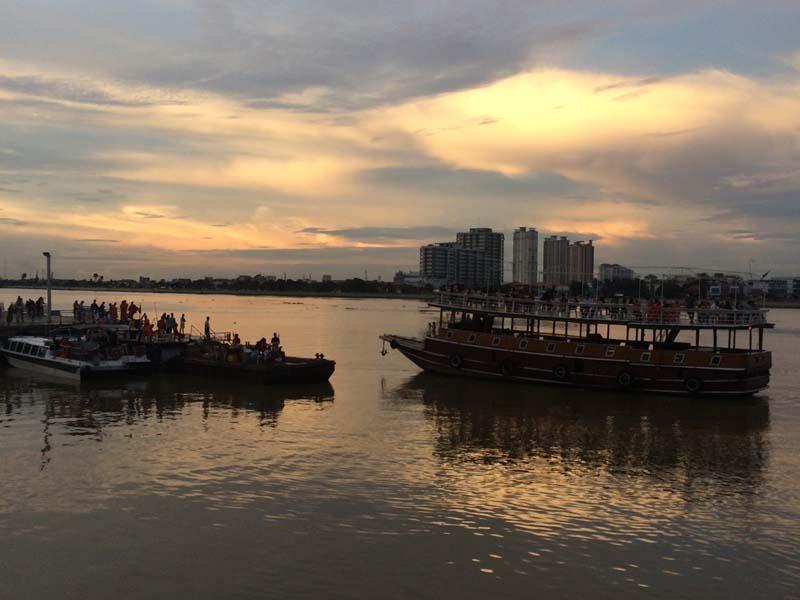 Bootstour auf dem Mekong bei Sonnenuntergang