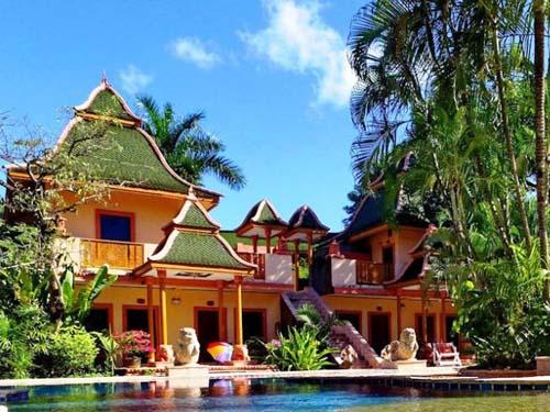 Hotelanlage mit Pool und Garten