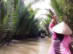 Ruderboot in kleinem Kanal im Mekong Delta