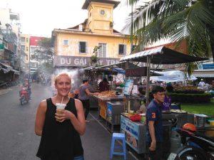 Straße mit Garküchen in Saigon