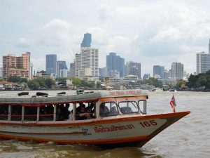 Taxiboot auf dem geschäftigen Chao Phraya Fluss in Bangkok