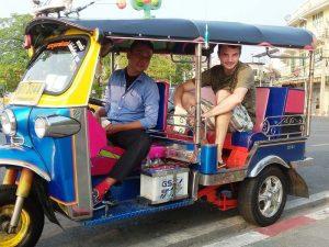 Reisespezialistin Stefan bei der Stadterkundung mit dem Tuk Tuk