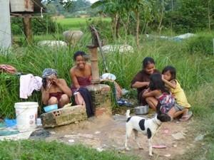 Frauen waschen sich gegenseitig im Freien