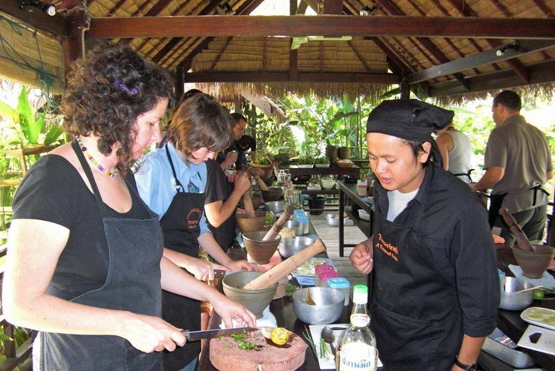 Touristin beim Kochkurs in Luang Prabang