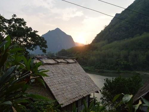 Blick von der Unterkunft in Nong Khiaw auf den Nam Ou