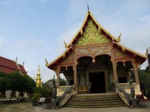 Kleiner, bunter Tempel in Chiang Saen
