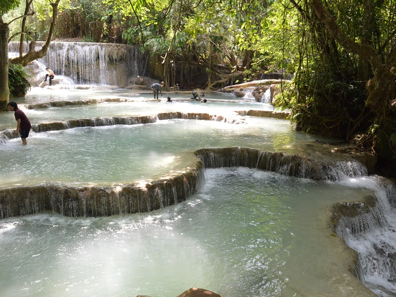 Erfrischende Pool der Kuang Si Wasserfälle bei Luang Prabang