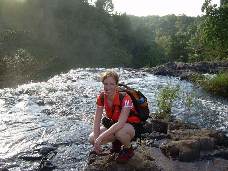 Reisespezialistin Stefanie beim Trekking zum Ursprung des Wasserfalls
