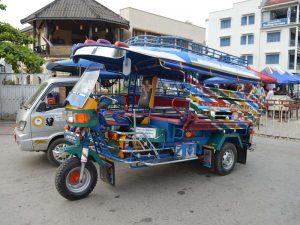 Das Tuk Tuk ist ein typisches Verkehrsmittel in Laos