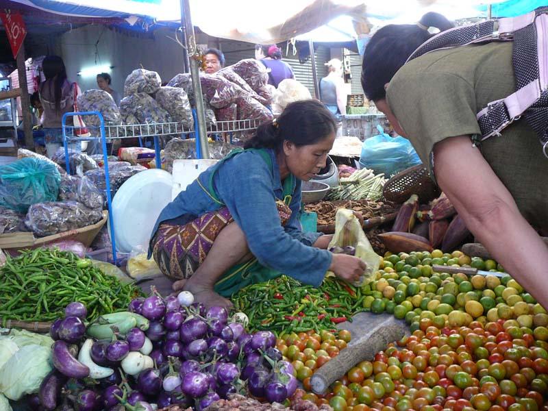 Besuchen Sie einen lokalen Markt