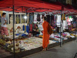 Ein Mönch an einem Straßenstand
