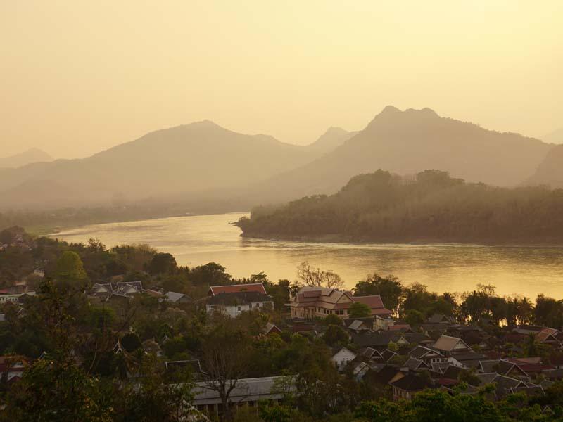 Erleben Sie einen stimmungsvollen Sonnenuntergang über dem Mekong