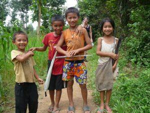 Trekking in Laos - Einheimische Kinder beim spielen