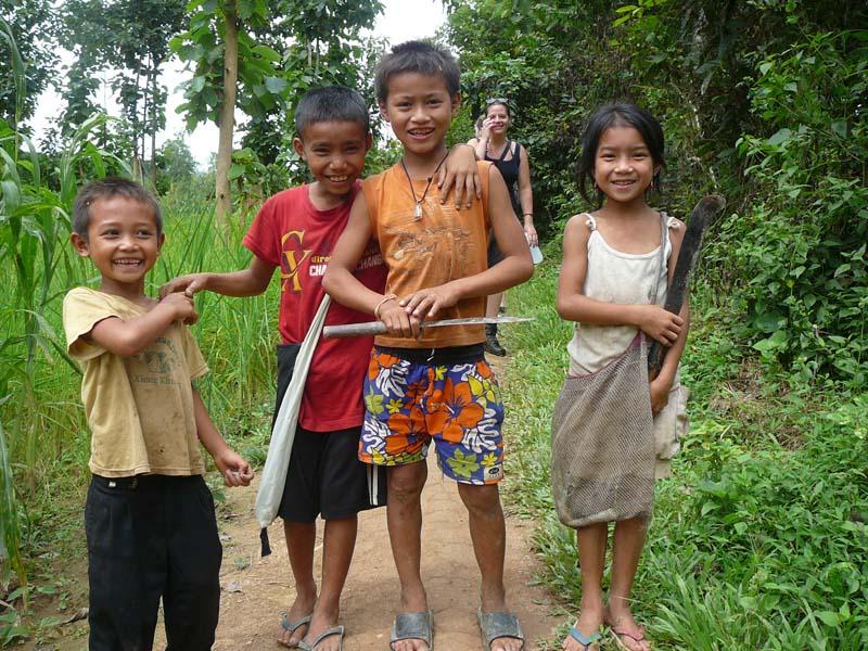 Einheimische Kinder in Laos treffen