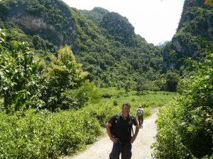 Reisender beim Trekking in Laos