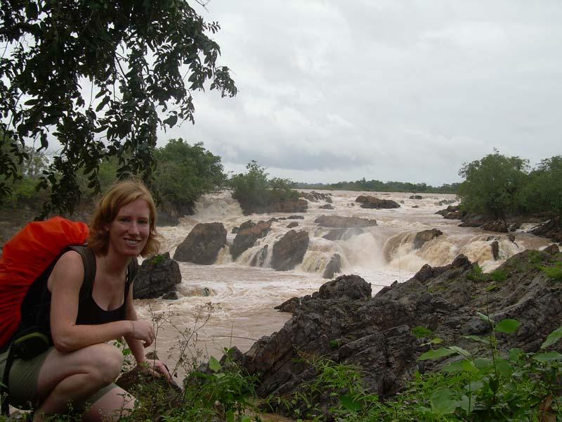 Reisende vor einem Wasserfall