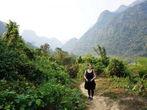 Reisende beim Trekking durch Laos