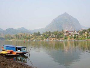 Boote am Ufer von Nong Khiaw