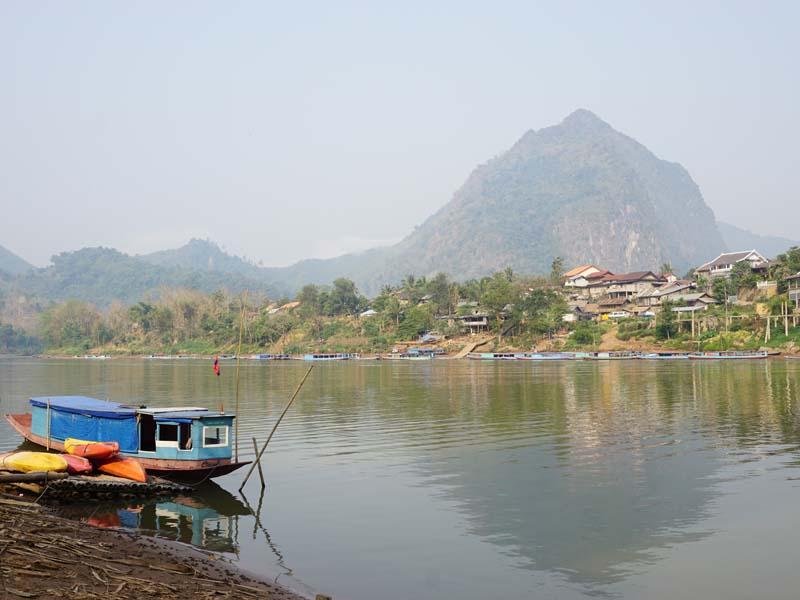 Blick über ein Fluss auf Nong Khiaw