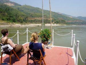 Grüne Karstberge während der Mekong Kreuzfahrt im Norden von Laos