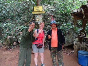 Reisende beim Fotostopp in Laos