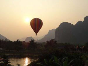 Ballon vor den Karstbergen von Vang Vieng