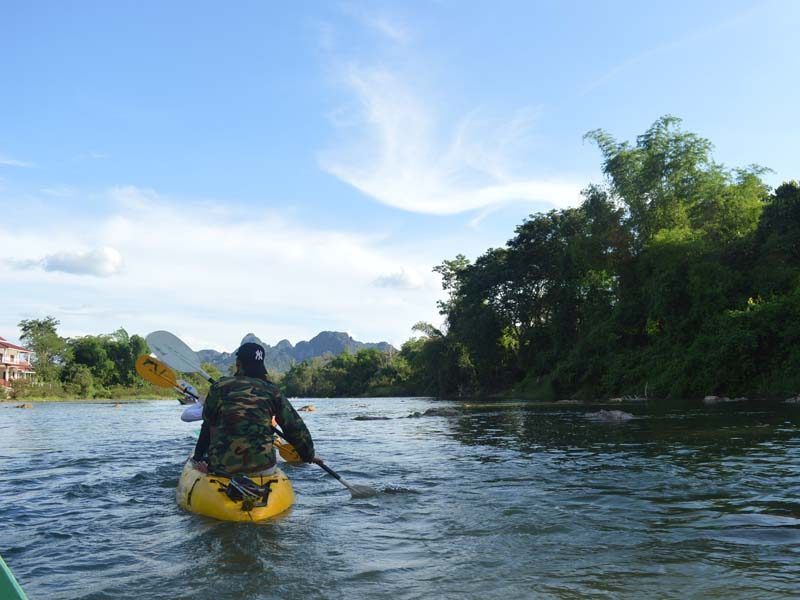 Mit dem Kayak auf dem Nam Song paddeln