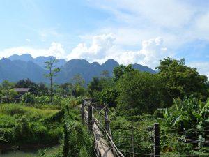 Die Karstfelsen bei Vang Vieng zählen zu Laos Sehenswürdigkeiten