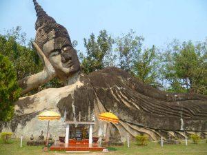 Liegender Buddha im Buddha Park bei Vientiane