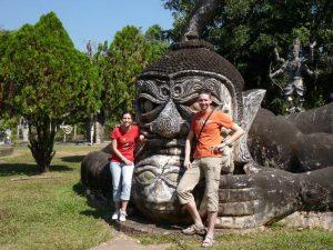 Reisende im Buddha Park bei Vientiane