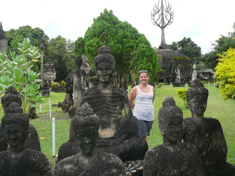 Buddhas und skurrile Statuen so weit das Auge reicht
