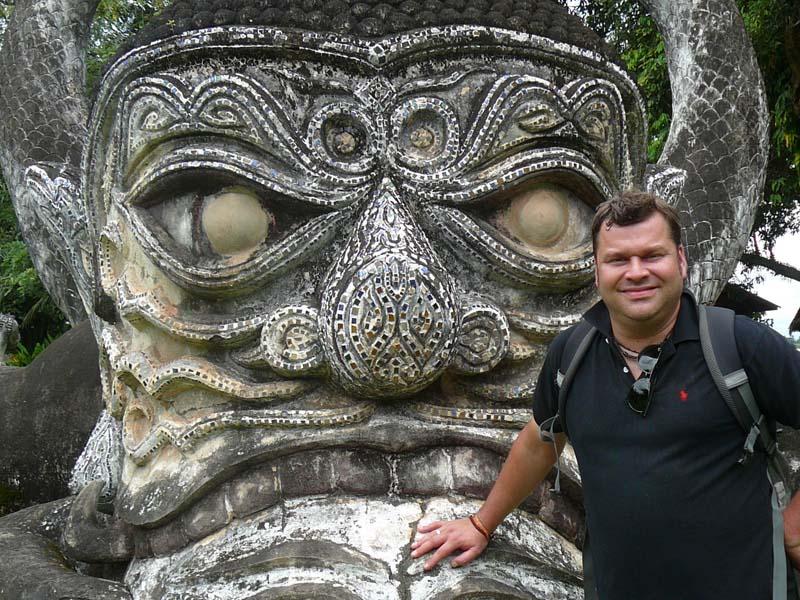Posieren Sie vor den beeindruckenden Statuen im Buddha Park